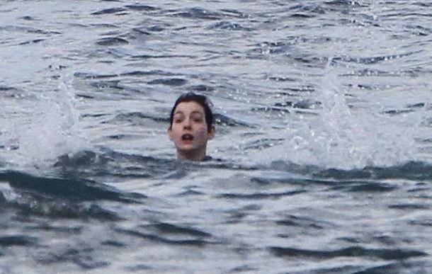 Anne Hathaway casi se ahoga en la playa