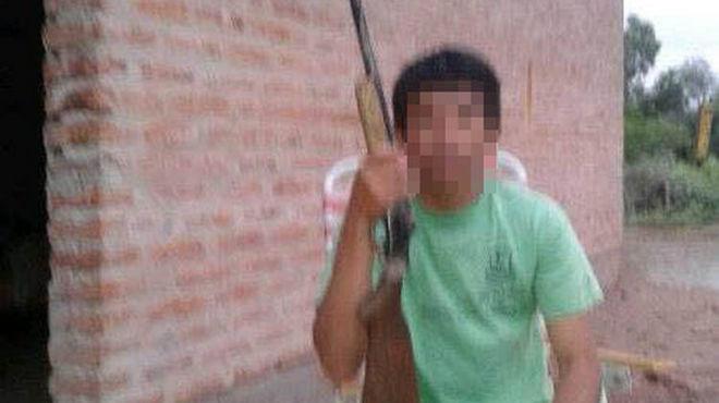 La polémica foto en Facebook de un joven armado en Argentina