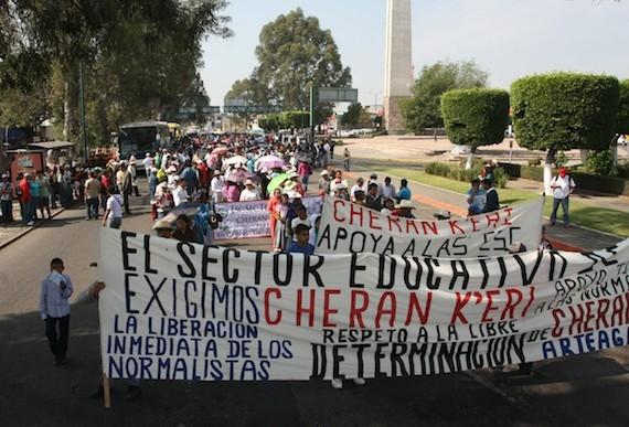 Maestros de la CNTE marchan en Morelia
