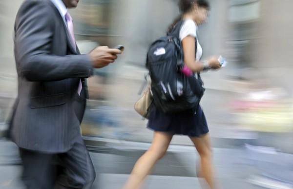 Usar el celular cambia la forma de caminar