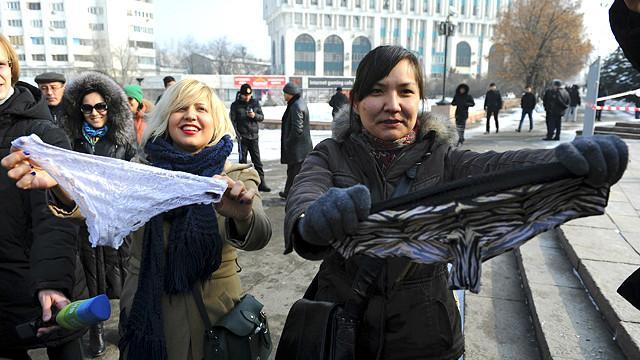 Protestas y arrestos por prohibición de lencería