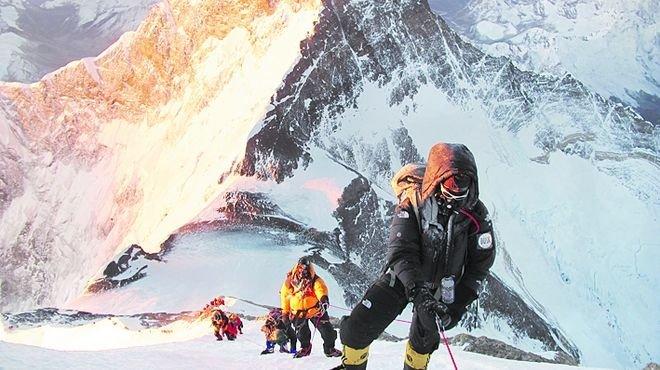 Agentes en el Everest para evitar conflictos