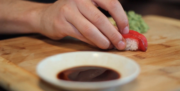 ¡Cuidado! Si comes demasiado sushi te puede pasar lo que a este hombre