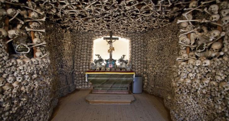Conoce esta espeluznante capilla decorada ¡con cráneos!