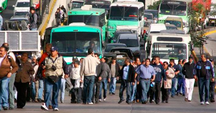 Transportistas afectan circulación en el norte del DF