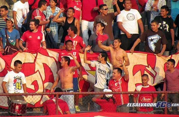 Logran Pumas su primer triunfo en torneo salvadoreño