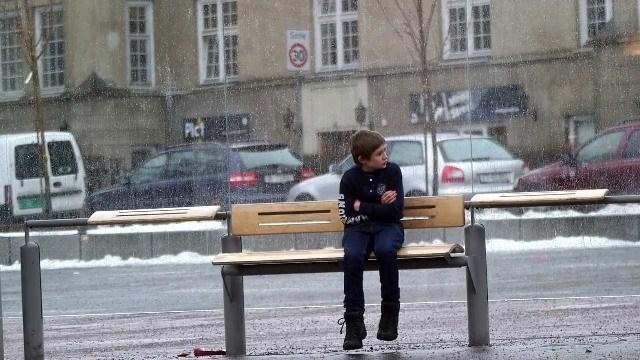 ¿Tú qué harías si vieras a este niño en el frío?