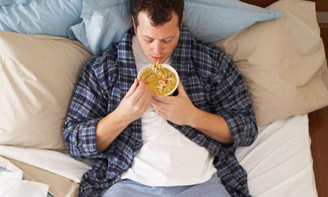 Comer en la cama es el peor hábito para tu salud