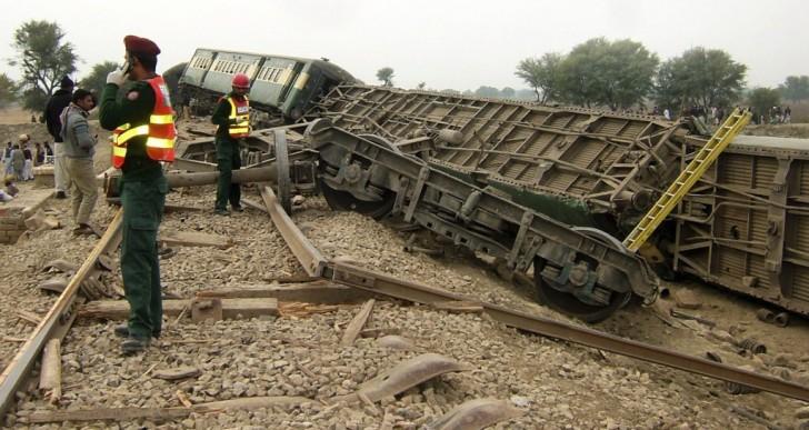 Una bomba descarrila un tren en Pakistán