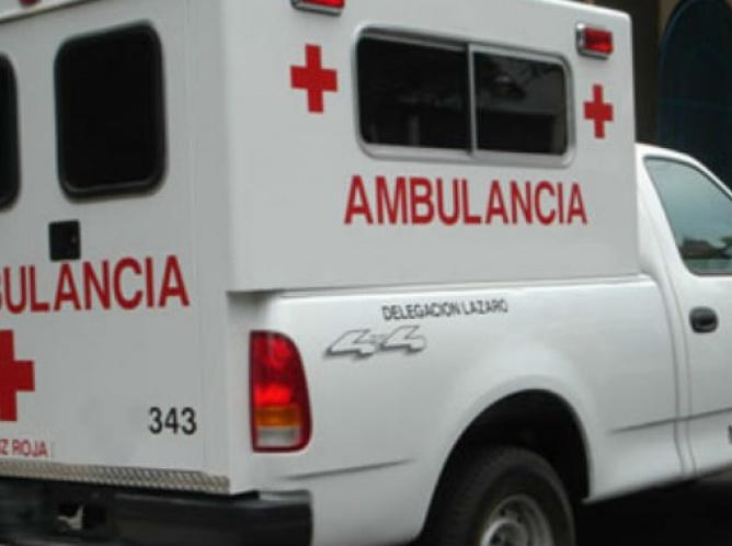 Cae vehículo ocho metros en periférico