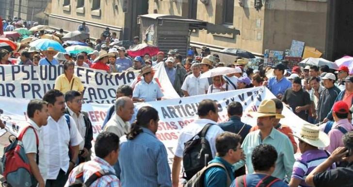 Marchan maestros de la CNTE a Gobernación