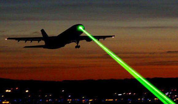 FBI: dejen de apuntar con lasers a los aviones