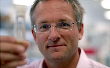 Un médico que traga parásitos en nombre de la ciencia
