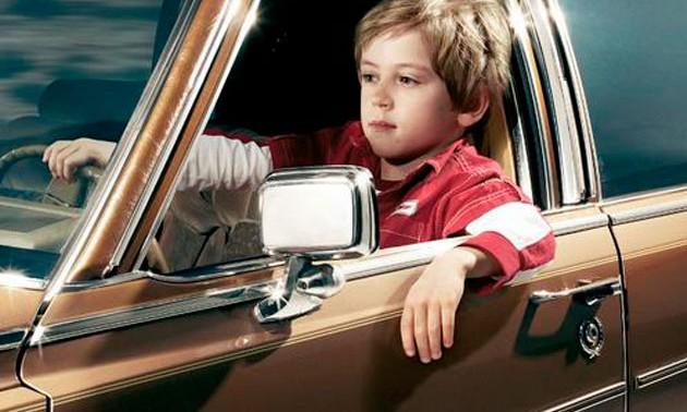 Niño trata de pasar por enano luego de chocar auto