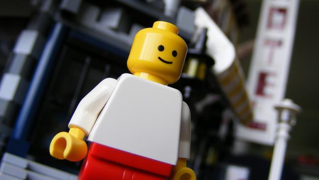 ¿Por qué las figuras de Lego tienen agujeros en su cabeza?