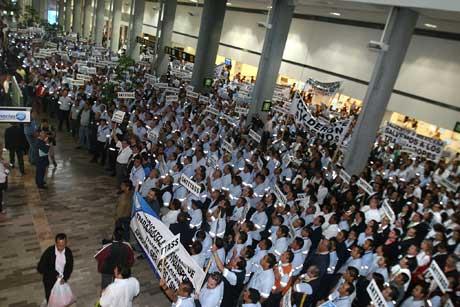Trabajadores de Mexicana protestan en el aeropuerto