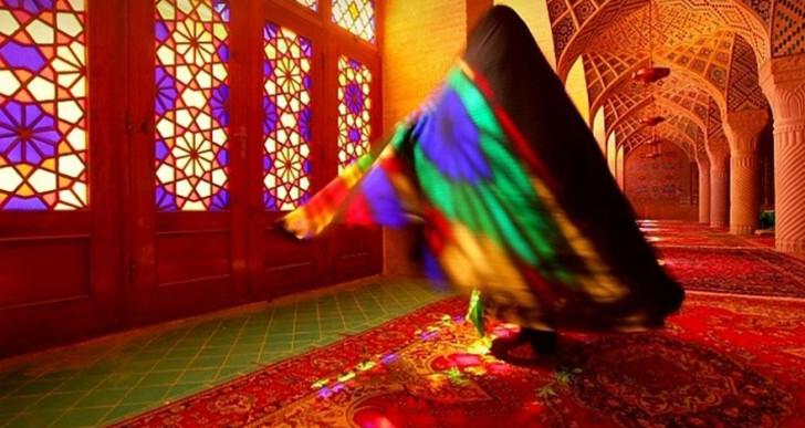 Cada mañana esta mezquita se ilumina con todos los colores del arco iris