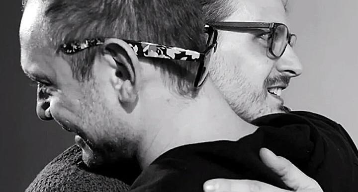 De cuando juntas a un gay con un homofóbico y les pides que se abracen