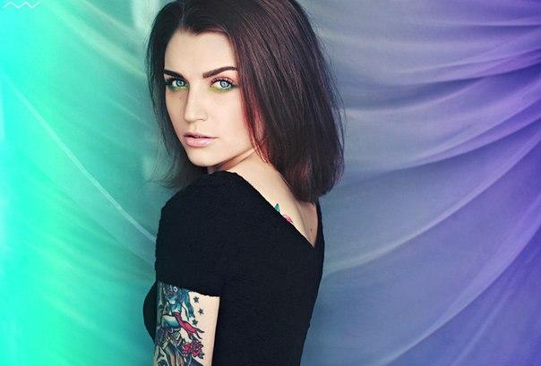 Sasha Unisex y sus coloridos tatuajes de acuarela
