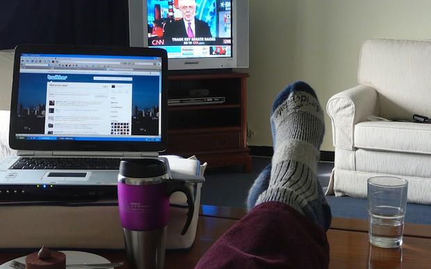 Vemos la TV con el control en una mano y Twitter en la otra