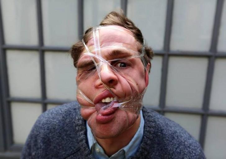 El nuevo tipo de selfie: desfigurarse la cara con cinta adhesiva
