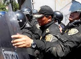 Encapuchados agreden a policías en Insurgentes