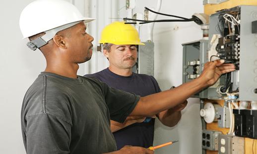 Hay más demanda para electricistas que ingenieros