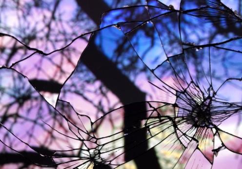 Reflejos rotos del cielo por el atardecer