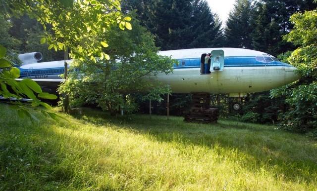 Conoce al hombre que vive en un avión en medio de los árboles