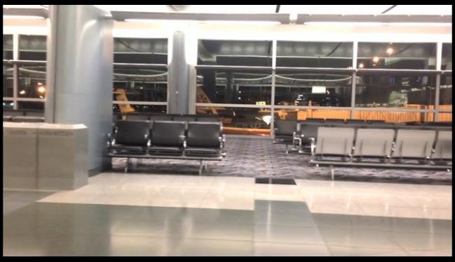 ¿Qué harías si fueras el único en un aeropuerto?