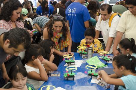 México rompe récord tecnológico con robots y niños