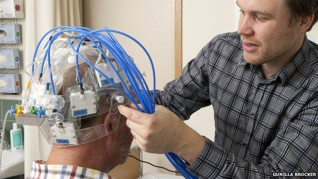 Un casco de microondas para detectar derrames