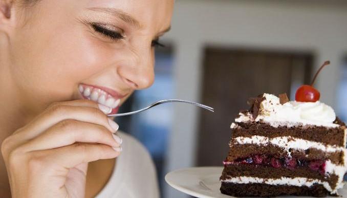 Baja de peso comiendo pastel de chocolate