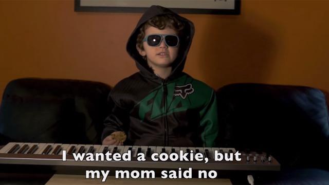 Parece que el hip hop es fácil, este niño hace un rap en 30 segundos