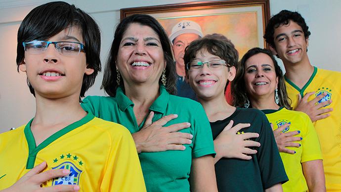 Familia con seis dedos echa porras a Brasil