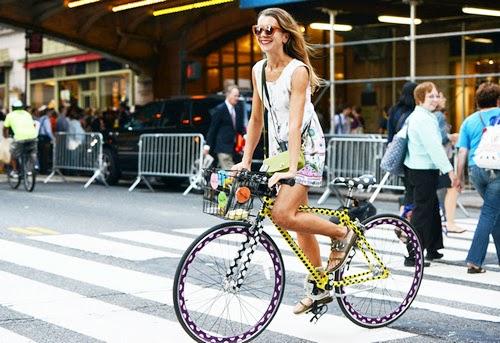 ¿Andar en bicicleta y con falda? Solucionalo con este truco
