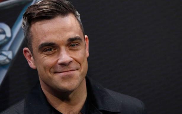 Robbie Williams se cae del escenario y lastima a una fan