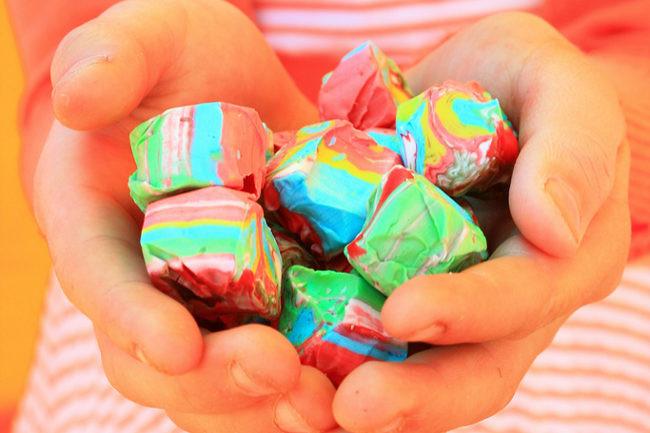 Conoce los riesgos de premiar o castigar con dulces a los niños