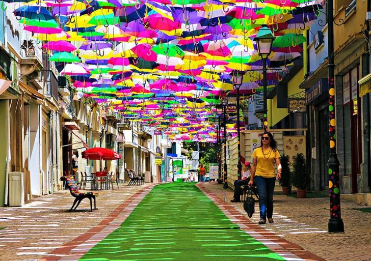Paraguas de colores que flotan en los cielos de Portugal