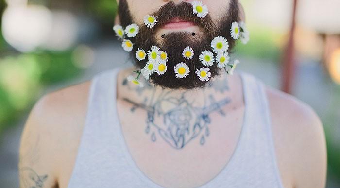 Flores en la barba: la última tendencia entre los hombres