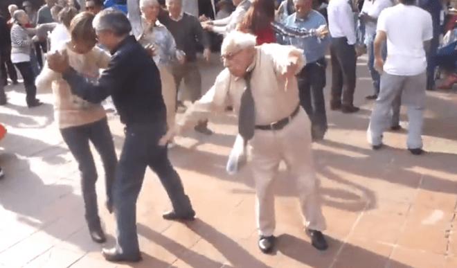 El abuelito que le dice adiós a las muletas y se luce bailando