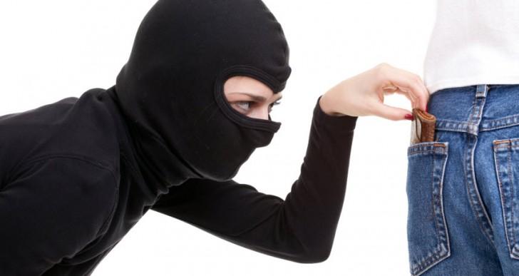 Te meten la mano en la bolsa y encuentras dinero, robo invertido