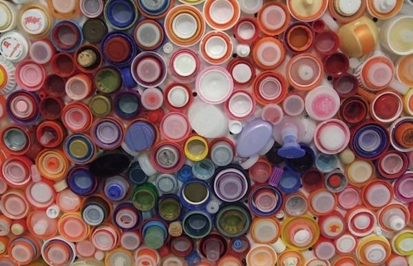 Mira lo que esta artista hace con tantas tapas de plástico