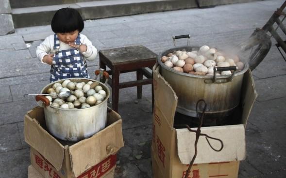 Huevos cocidos en orina, lo último en gastronomía China