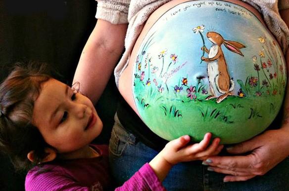 Una artista pinta increíbles dibujos en panzas de embarazadas