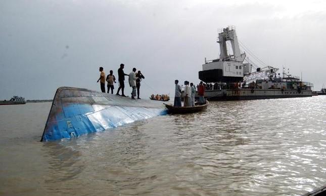 Barco con 200 pasajeros se vuelca en río