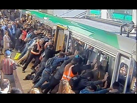 Todos ayudan a mover un tren para sacar a hombre atorado
