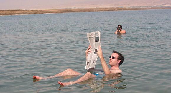 ¿Nunca has pensado cómo flotarías en el Mar Muerto?