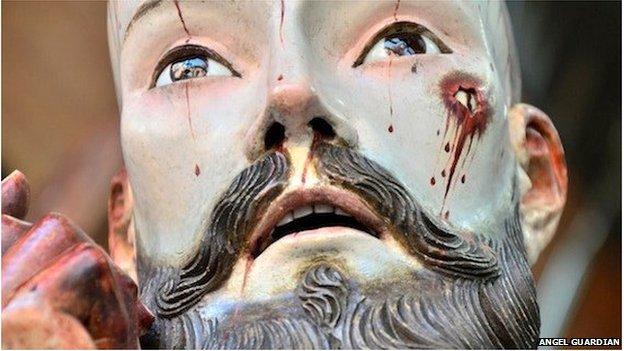Encuentran dientes humanos en una estatua antigua