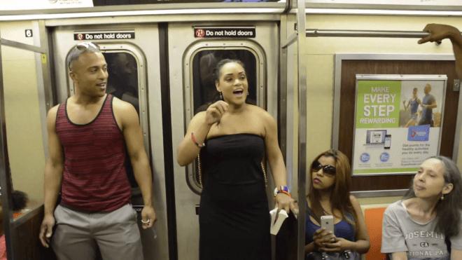 Así sorprendió el elenco de 'El Rey León' a los pasajeros en el metro de NY